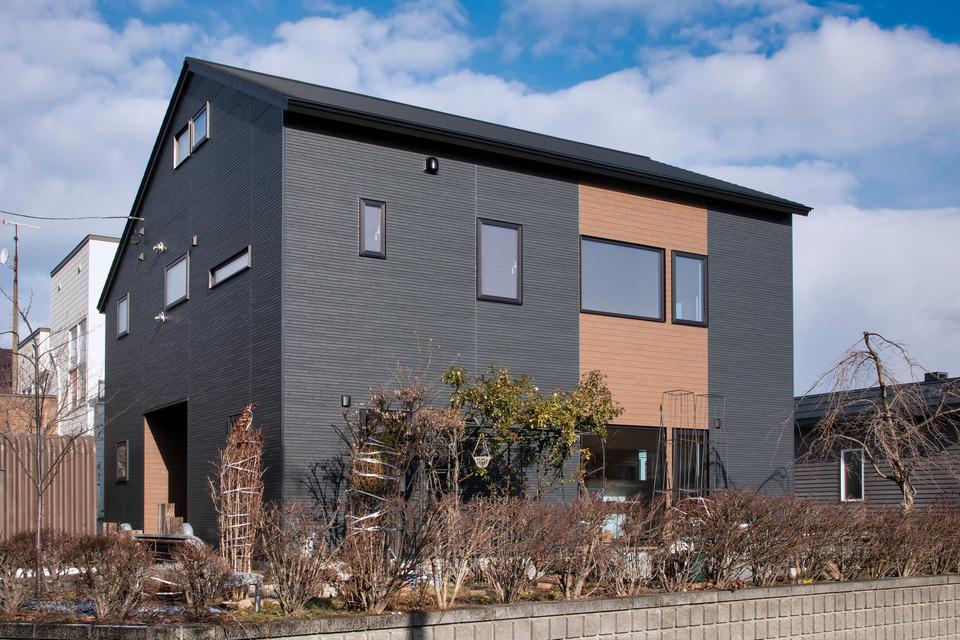 雪が落ちない勾配屋根で大空間を実現した2世帯住宅/S様邸(札幌市手稲区)