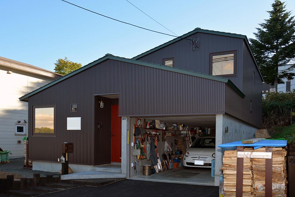 モダンな外観とウッディで薪ストーブのある暖かい室内/N様邸(札幌市中央区)