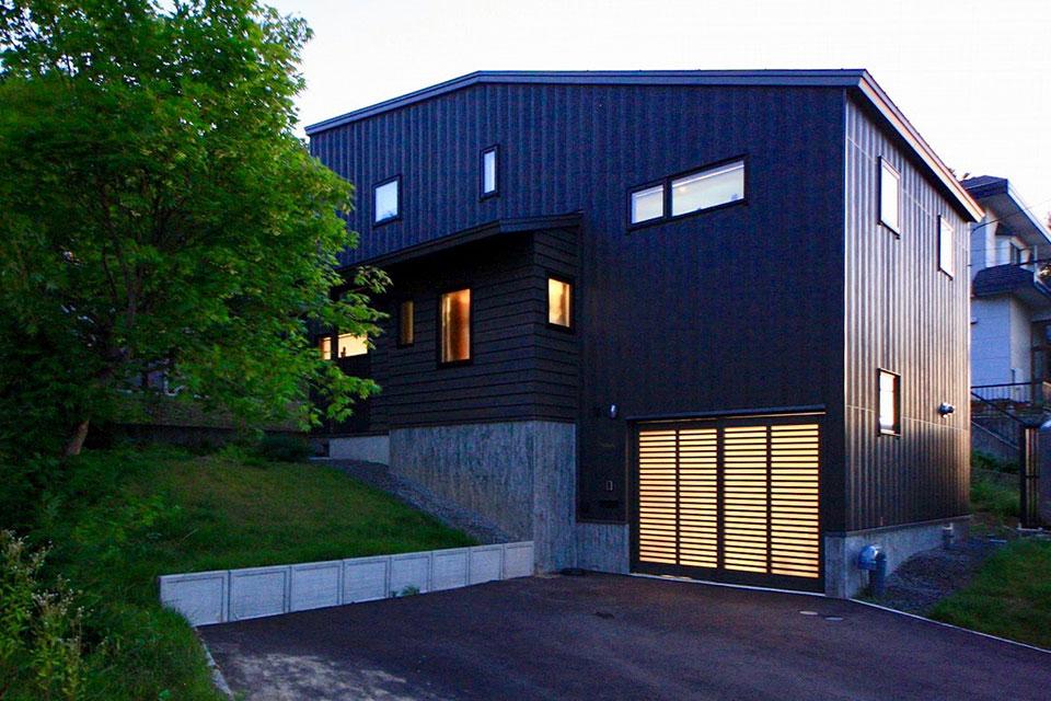 野鳥とキツネと3人家族の、1年中住み心地いい家/H様邸(札幌市中央区)