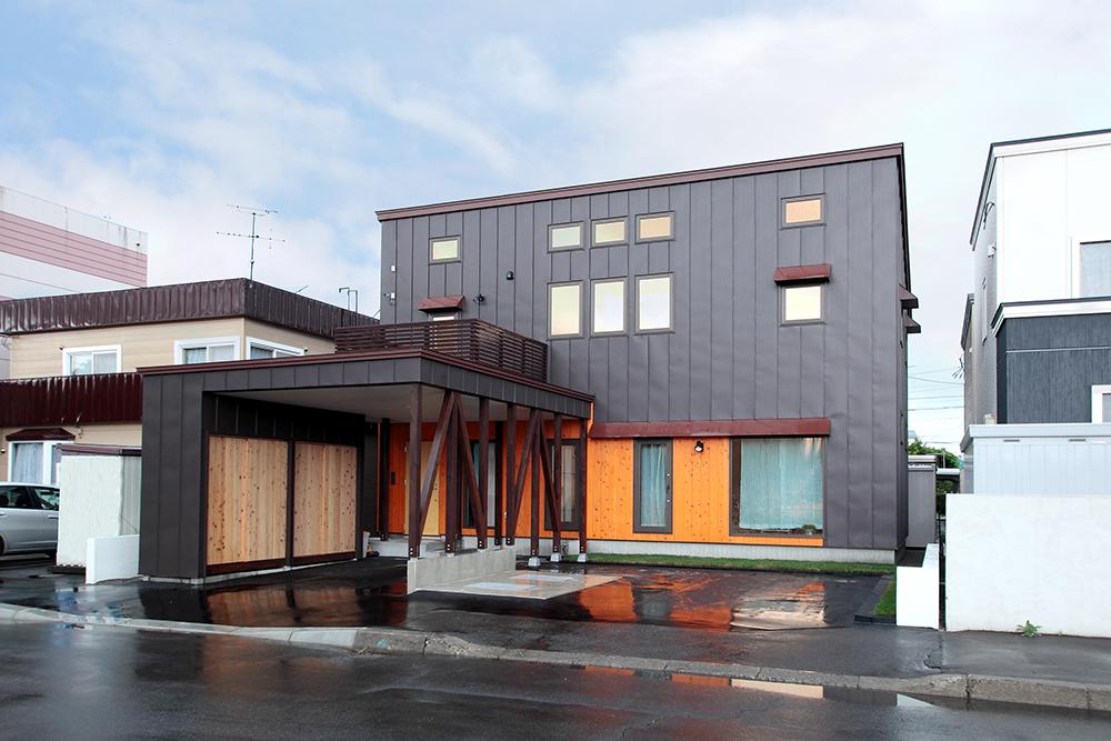 エルメスカラーの道南杉と施主も施工したアクセントウォール/I様邸(札幌市北区)
