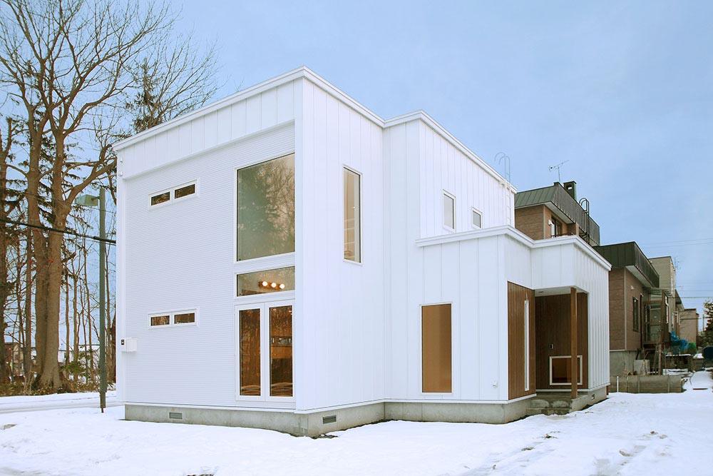 大きな窓と吹き抜けで明るさ&景色を満喫/ K様邸(札幌市北区)