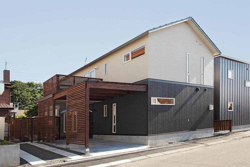 一面に張られた道南スギの羽目板が素敵なリビング/K様邸(札幌市手稲区)