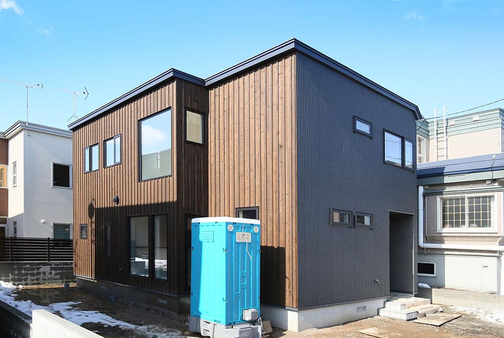 玄関開けたらすぐ書斎!グレイッシュな色でまとめた家/S様邸(札幌市北区)